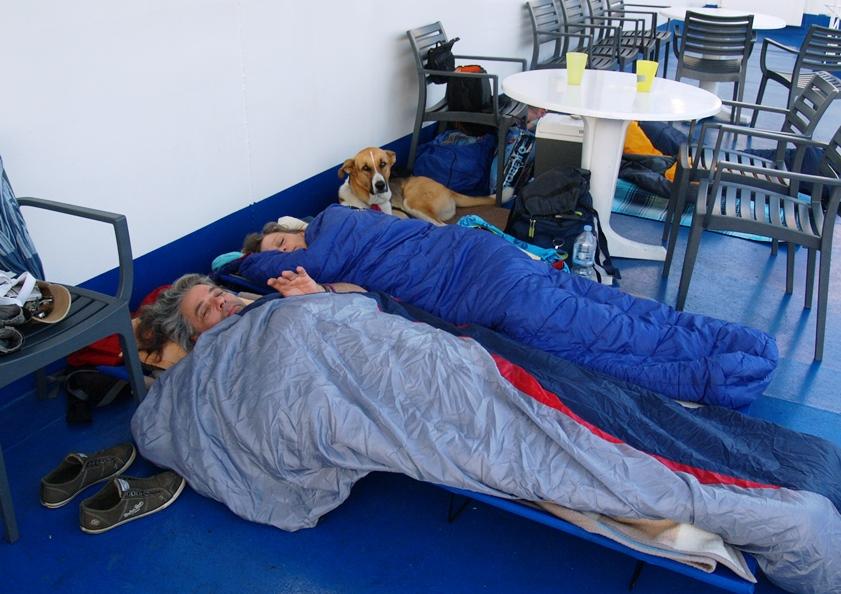 auch heute schlafen wir (besonders tief) an unserem gewohnten Platz auf dem Sonnendeck, diesmal mit Tine und Helmut