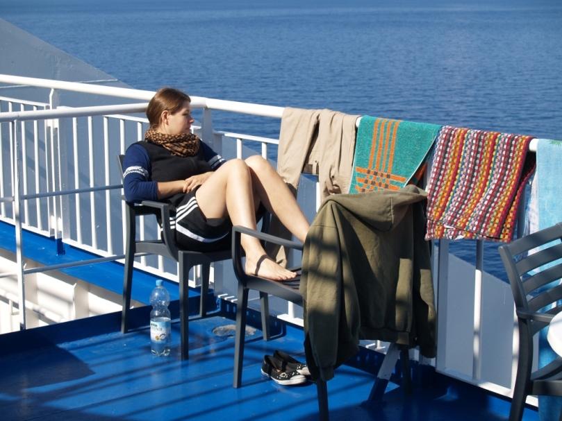 Tine und wir genießen endlich Ruhe, Sonne und Wärme bevor das Schiff Patras erreicht
