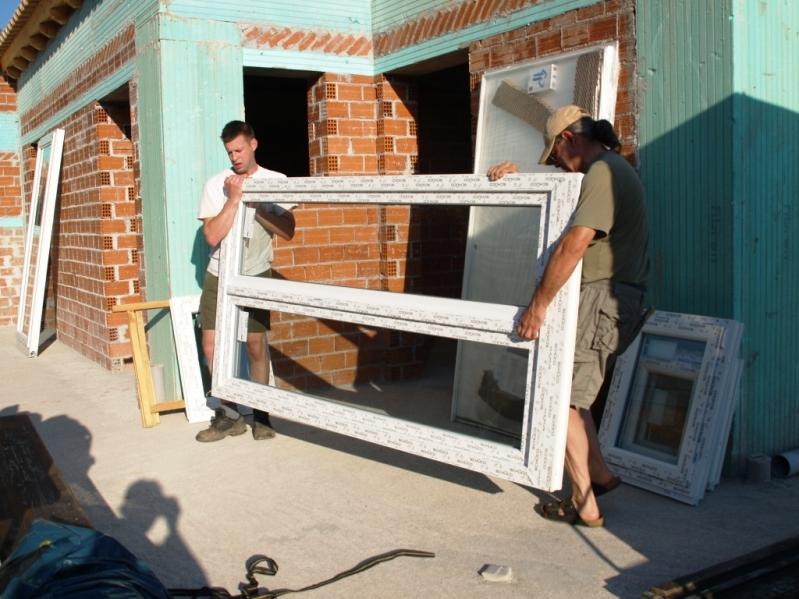 Alles Türen und Fenster werden ausgeladen und an den bestimmten Ort verteilt