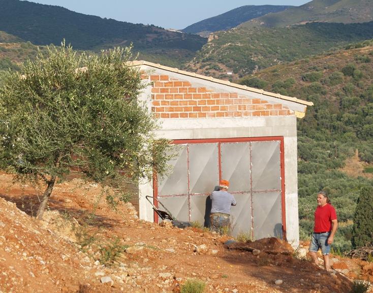 das typisch griechische Garagentor - in ein paar Wochen wird es mit neuer Farbe gestrichen