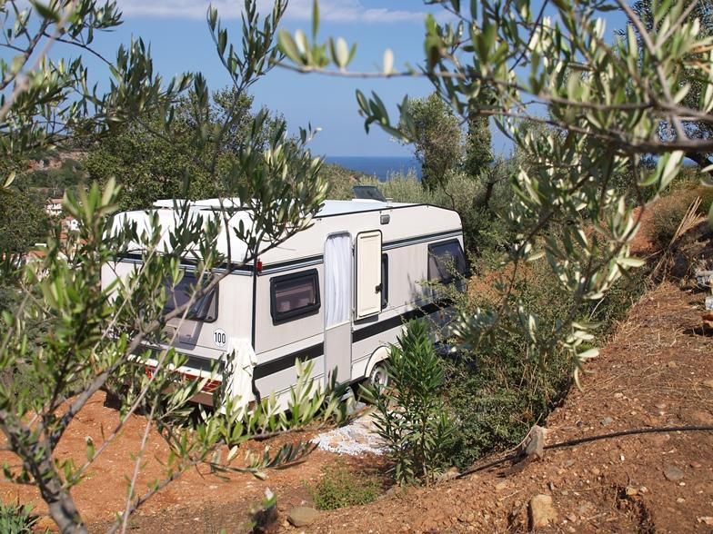 Klick hier und mach Urlaub auf KADOWLOS in unserem Wohnwagen an einem wunderschönen Platz unter unseren Olivenbäumen mit Blick zum 1000 Meter entfernten Meer
