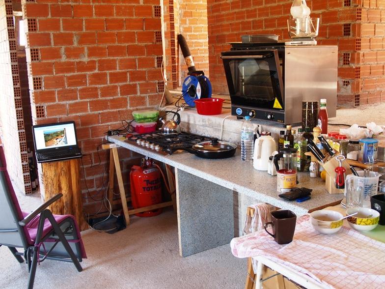 die provisorische Küche und Büro mit dem Tor zur Welt ;-)