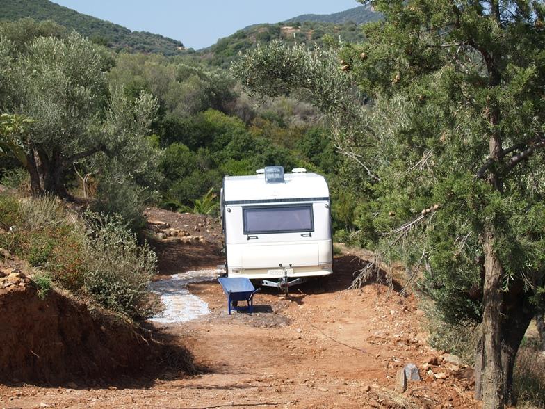 die Terrasse für und der Weg zum Wohnwagen wird gestaltet