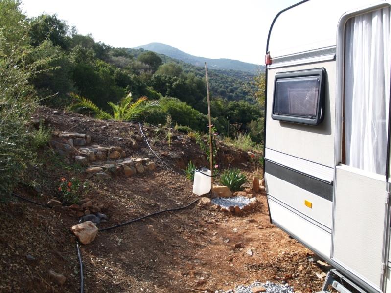 Wasserstelle beim Wohnwagen und die Blumen- und Palmen Terrasse
