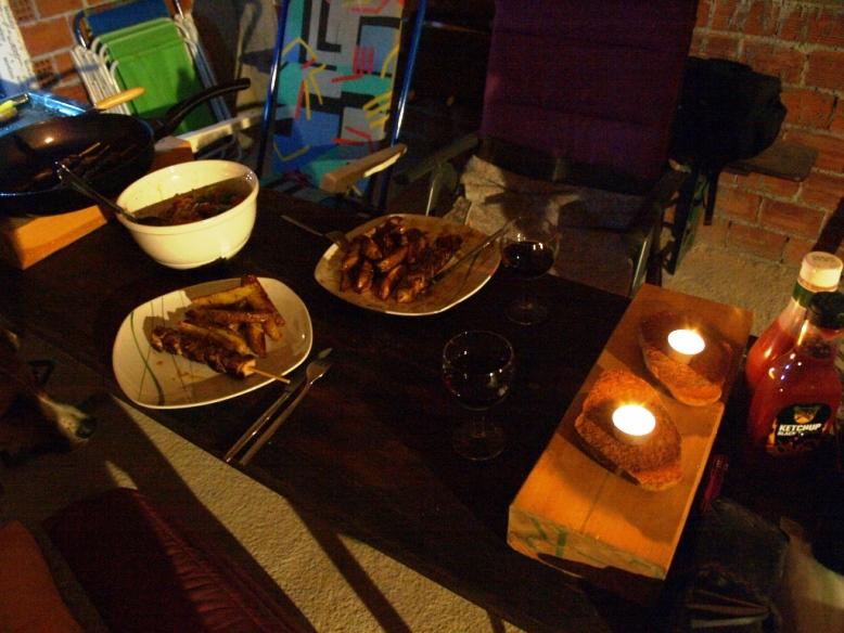 """am Abend gibt es auch auf der Baustelle leckeres Essen """"Souvlaki"""" mit Kartoffeln aus dem Backofen und griechischen Salat"""