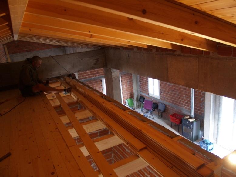 hoch oben unter dem Dach