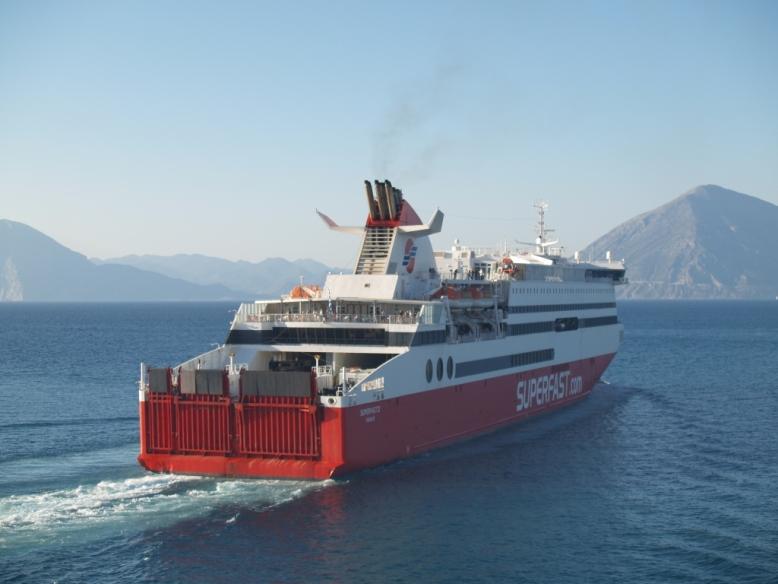 Die Fähre Superfast verlässt um 18:00h Patra fährt über Iguminitsa Griechenland nach Bari Italien