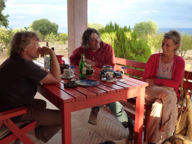 """Danke Pino für dieses Foto. Es war unser letztes Gespräch mit unseren Freunden Wolfgang und Christa mit dem Schnäpsle für die Seele, vor unserer Abreise Anfang Oktober. Bald dürfen wir einen ähnlichen Blick von """"unserer"""" Terasse genießen"""