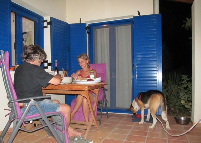 gemeinsames Abendessen auf der Terasse des großen Hauses