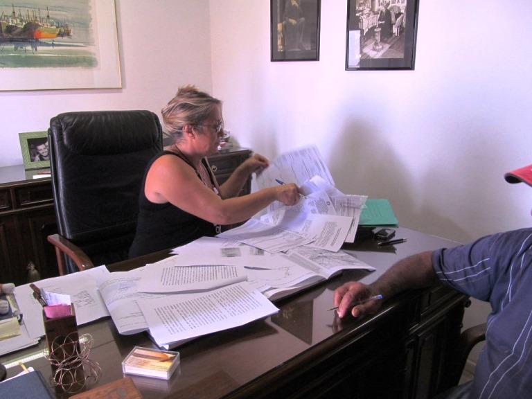 die Notarin und Tonnenweise Plan, Nachweis und Vertrags Papiere