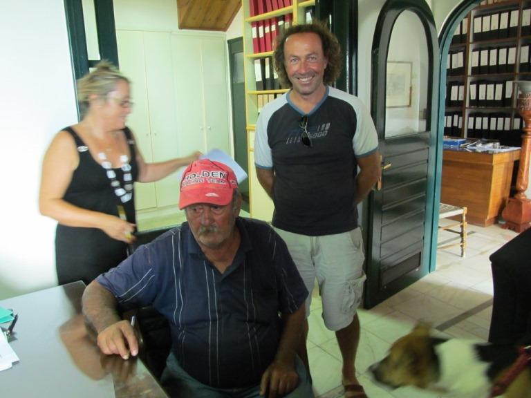 Der Grundstücksverkäufer Kostas und sein Sohn Nektarius