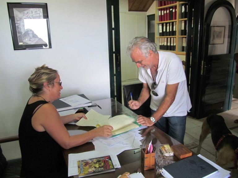 Lefteris (unser Dolmetscher) unterzeichnet den Grundstücks Kauf- & Übergabe Vertrag