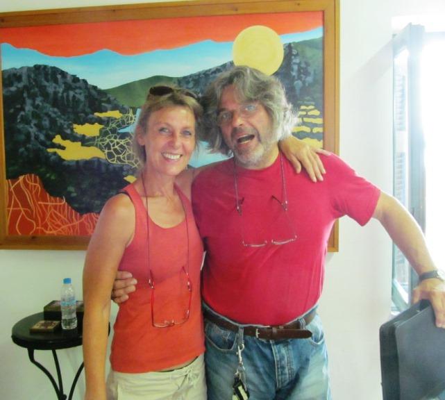Zwei überglückliche Grundstücksbesitzer im griechischen Notariat in Monemvasia