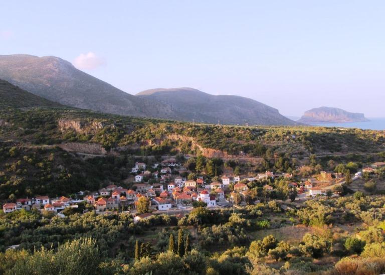 Blick von KADOWLOS auf das Dorf Nomia, im Hintergrund rechts das Fels-Kastello Monemvasia