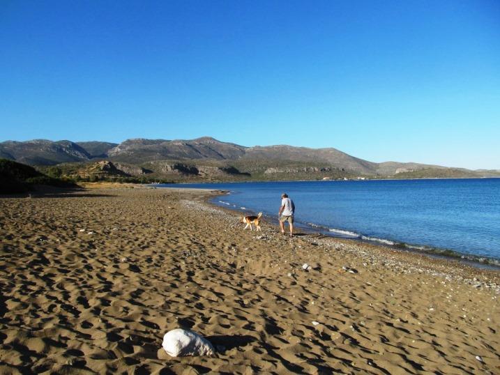 So weit das Auge reicht, Sand Strand Steine und ein Himmel so blau wie das Meer: die Pori Beach westlich von Monemvasia