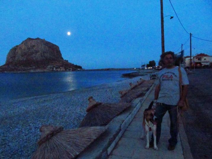Am Abend kommen wir zurück vom Wandern am Meer in Monemvasia und sehen den Mond über dem Castello