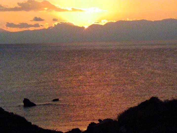 Die Sonne verschwindet hinter den Bergen die zwischen dem Messenian Gulf und dem Laconian Gulf liegen
