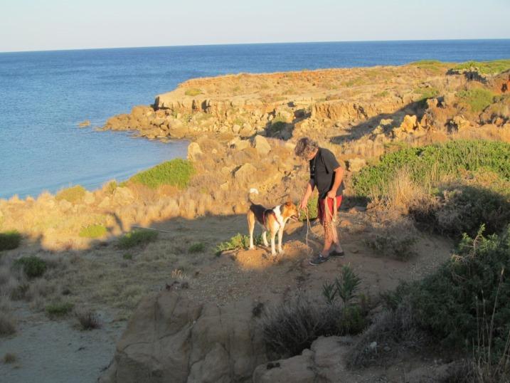 Spaziergang über der Ampelaika Bucht in der Abendsonne