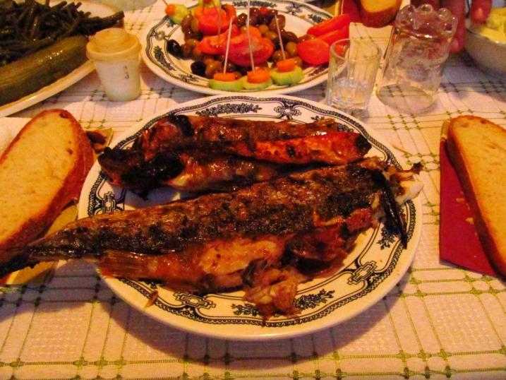 Ein Teller voll leckeren verschiedenen gegrillten Fischen und Beilagen .... sowas von lecker