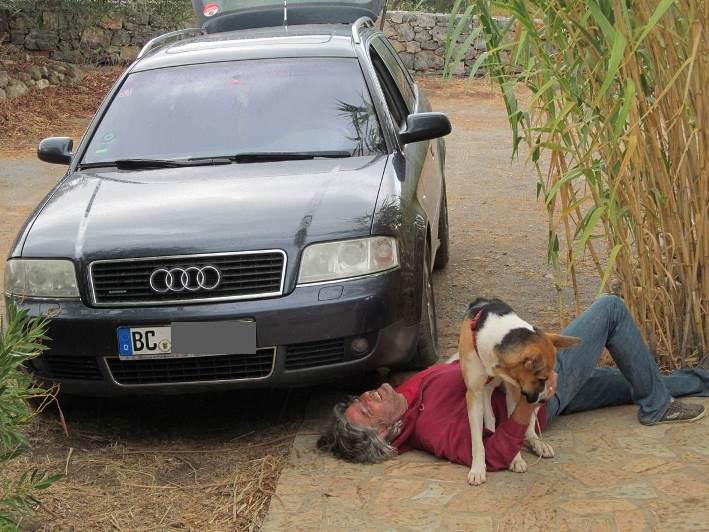 Sam hilft mit die durch die durch immer wieder vorkommende Bodenkontakte verbogenen Motorschutzbleche wieder gerade zu richten