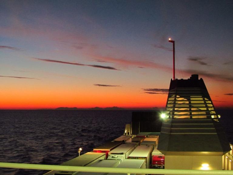 Sonnenaufgang nach einer Regen freien Überfahrt über Nacht von Patra (Griechenland) nach Bari (Süditalien)