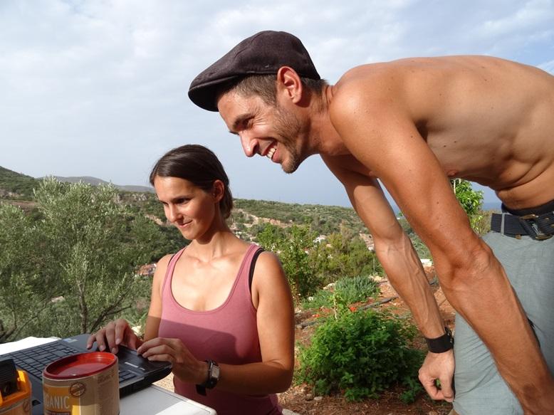 Kathi und Pasi. Gäste die 14 Tage im Wohnwagen Urlaub machten, checken online für den morgigen Rückflug ein