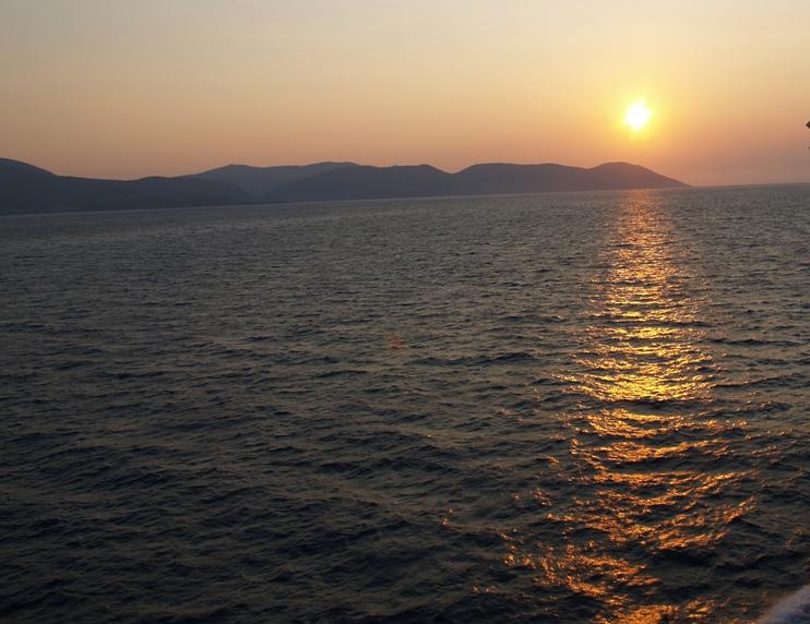 letzter Sonnenuntergang in Griechenland von der Fähre aus Richtung Iguminitsa GR