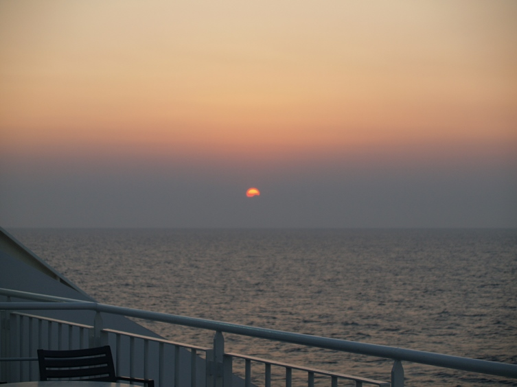 Sonnenaufgang auf dem Weg über die Adria nach Bari Italien
