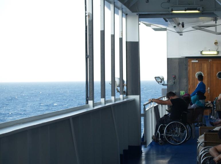 alle suchen Schatten. Schön, dass die Superfast ferry auch für Rollstuhlfahrer geeignet ist