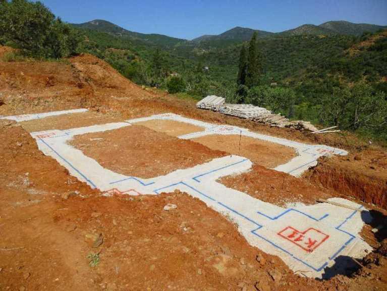 auf der Sauberkeitsschicht ist die Position und Lage aller Fundamente markiert und gezeichnet (Foto: Christa & Wolfgang)