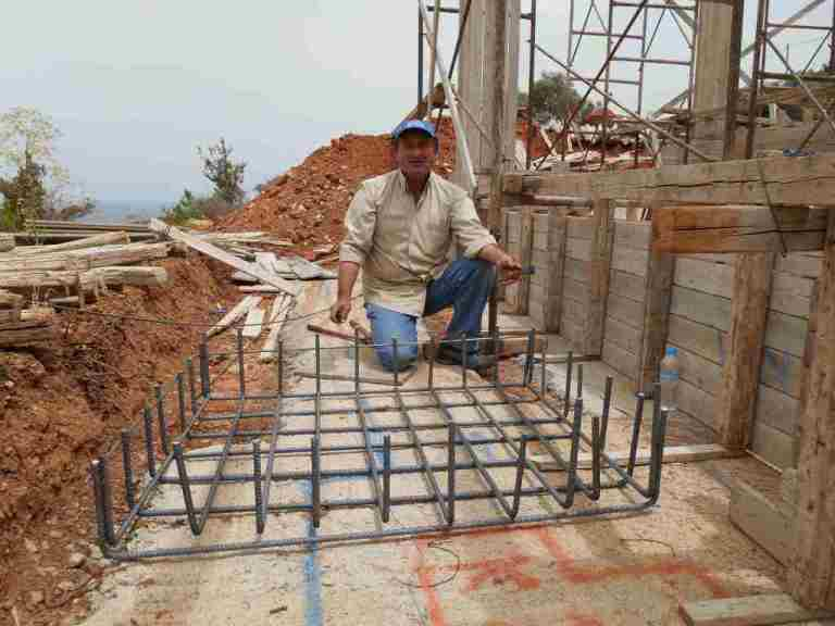 Wohnhaus: Kyriakos bindet den ersten Fundamentkorb