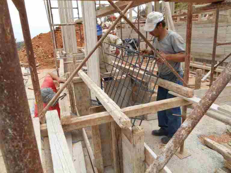 Wohnhaus: Gemeinsam sind wir stark, ein Fundamentkorb wird eingebaut