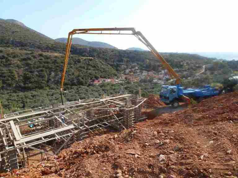 die Betonpumpe erleichtert das Einbauen des Betons
