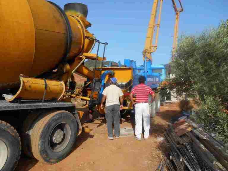 Betinmischer und Betonpumpe auf dem Grundstück Kadowlos in Griechenland