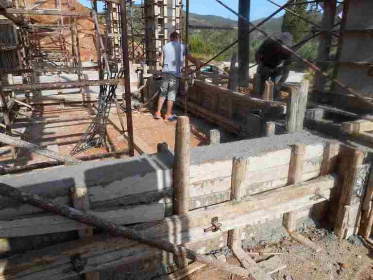 die Schalungen der Fundamente sind jetzt alle mit Beton gefüllt