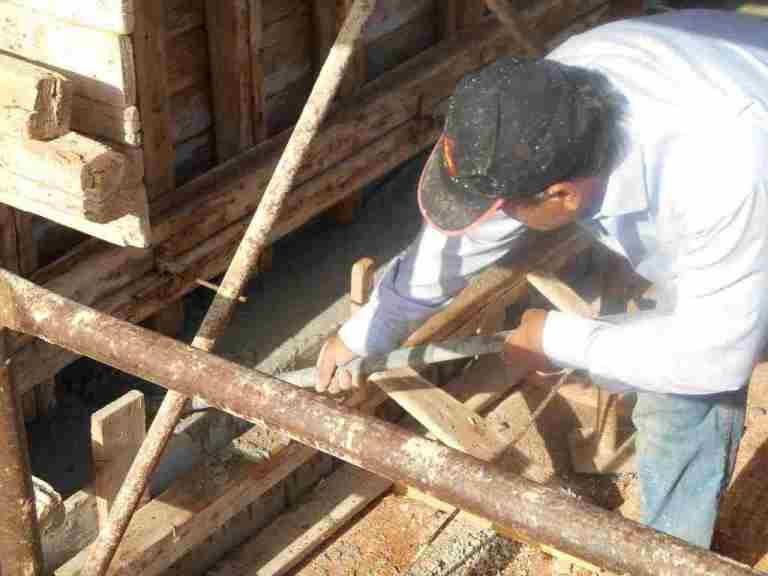damit der Beton sauber überall einfließt wird mit der Rüttelflasche starke Vibration erzeugt