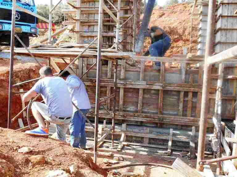 Der Beton wird in die Stützwand zwischen unterer und oberer Etage eingegossen