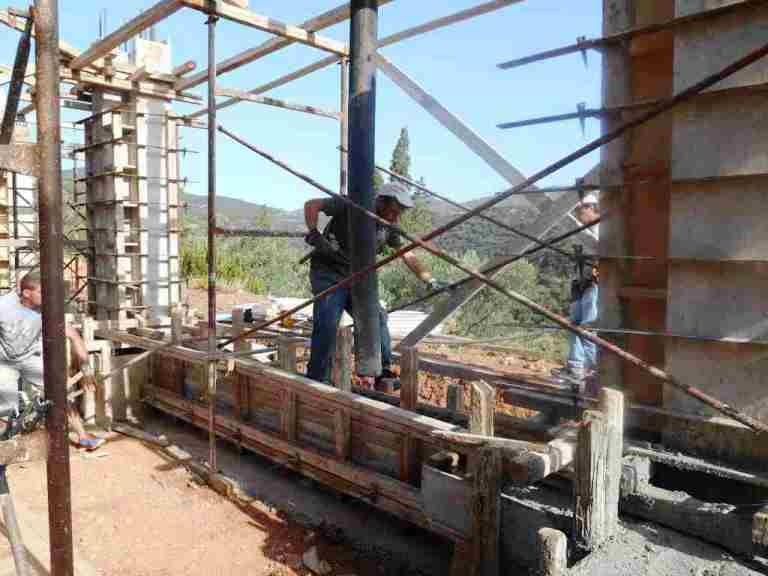 saubere Arbeit machen die Männer von Kyriakos beim Betonieren