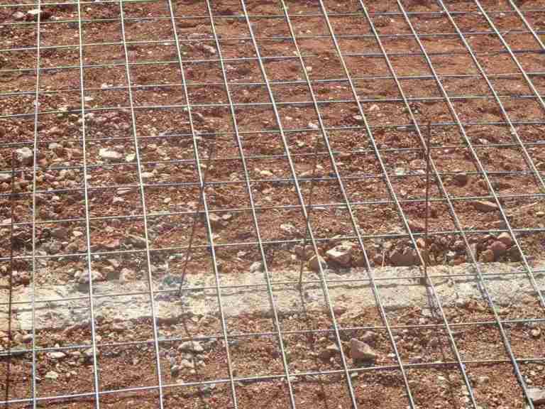 Die Fundamente sind nun wieder im Boden verschwunden. Die Bodenplatte kann nun armiert und bald betoniert werden