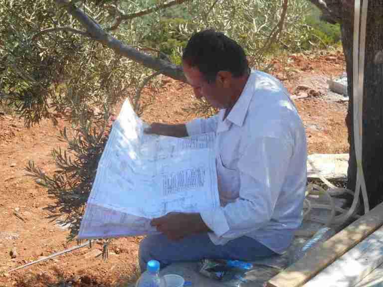 Baumeister Kyriakos studiert die Pläne