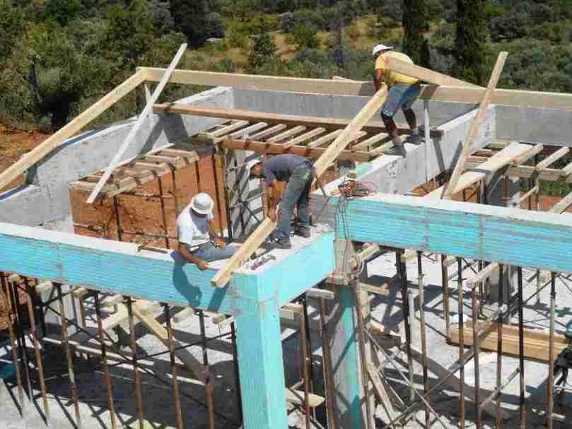 """""""Holz her"""" die Männer beginnen den Dachstuhl zu stellen"""