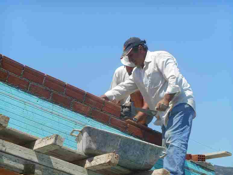 Die Dachsparren werden ausgemauert