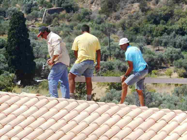 Dienstag 12.08.14 schon in aller Früh begannen die Männer die Dachpfannen zu legen