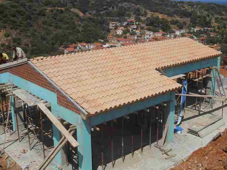 Dienstag 12.08.2014 - die Dachfläche ist gedeckt, Ortgang- und Firstpfannen müssen noch gelegt werden
