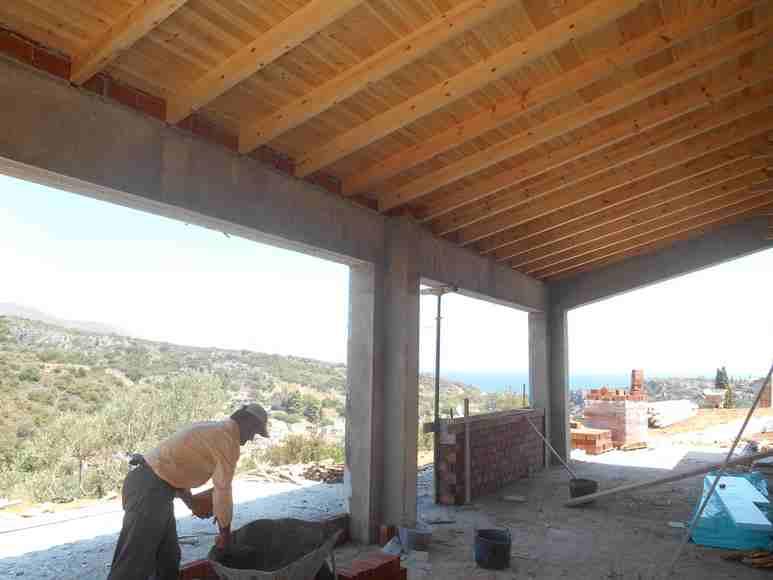 Blick aus dem Wohnzimmer in Richtung Küche, die Aussenwände werden zweischalig gemauer