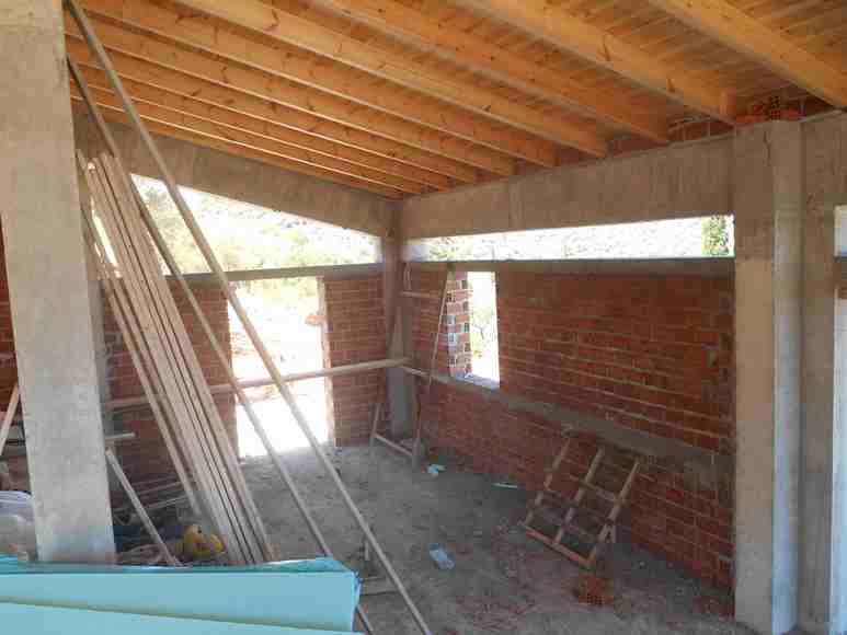 das Wohnzimmer und ein Teil des Essbereiches, links der Säule (rechts) findet später der Holzofen seinen Platz