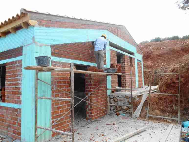 Wohnzimmer Terrasse - dort wird später der Wintergarten entstehen und eine neue Stein-Trocken-Mauer