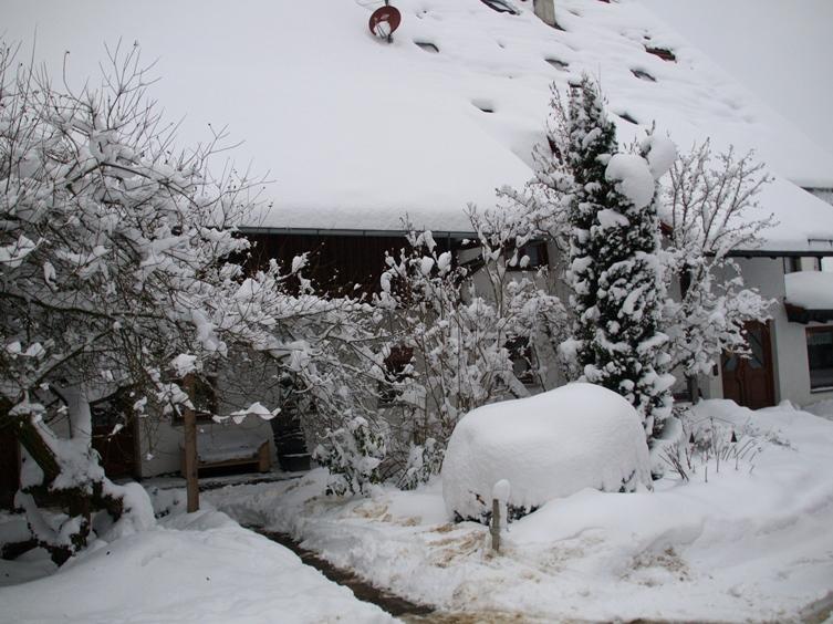 Pfeifferhof Eingang; zum Jahresende 2014 hat uns der Winter mit Schnee und Frost voll im Griff
