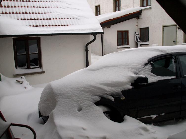 Pfeifferhof Garage Kücheneingang; zum Jahresende 2014 hat uns der Winter mit Schnee und Frost voll im Griff