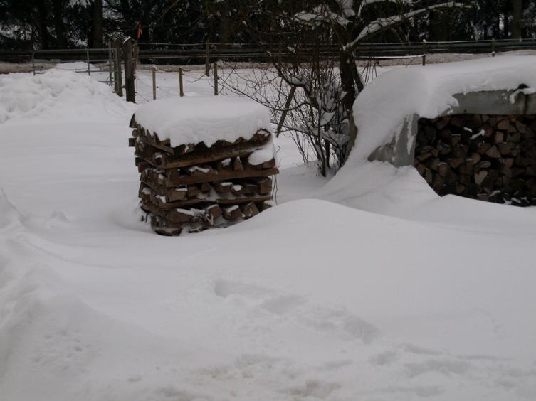 Pfeifferhof vor dem Wohnhaus; zum Jahresende 2014 hat uns der Winter mit Schnee und Frost voll im Griff